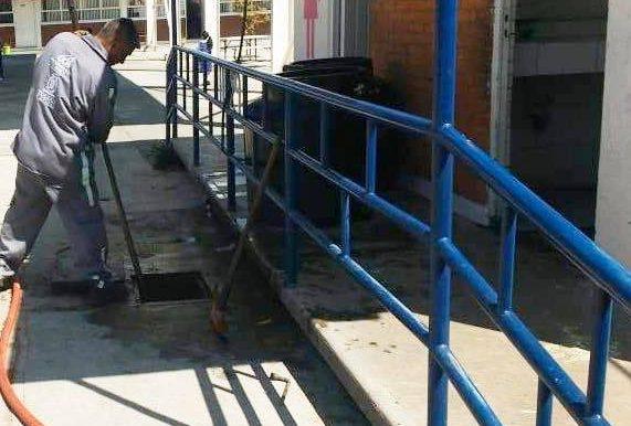 REALIZA OAYST TRABAJOS DE DESAZOLVE Y LIMPIEZA EN PRIMARIA EN SAN PEDRO TOTOLTEPEC
